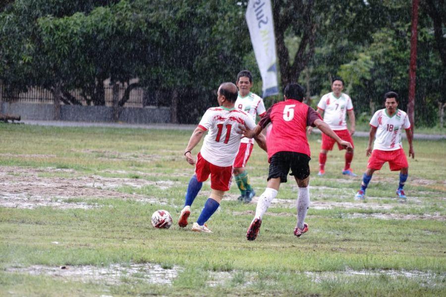 Diguyur Hujan, Pertandingan Eksebisi Pemda VS Muspida Buka Kompetisi U-16